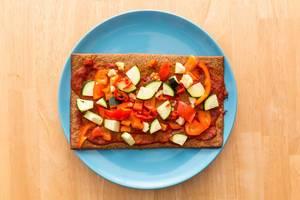 Lizza Pizza mit Paprika, Tomatensauce und Schafskäse
