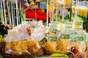 Lokal hergestellte Bananenchips an einem Marktstand zum Verkauf ausgestellt