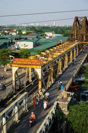 Long BienBrücke in Hanoi - Blick auf die Brücke mit der Stadt im Hintergrund