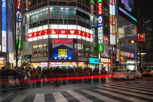 Long Exposure in Shinjuku: People waiting to cross the street