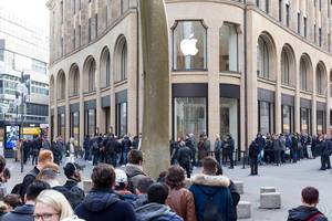 Long line in front of the Apple Store - iPhone X release