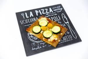 Low Carb Pizzaboden aus Chia und Leinsamen belegt mit Zucchini, Kirschtomaten und Käse
