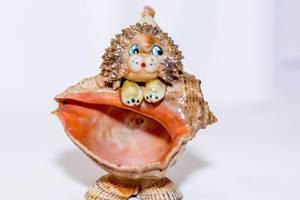 Löwe gefertigt aus verschiedenen Muscheln aus dem Meer vor weißem Hintergrund
