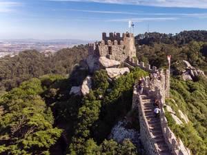 Lufaufnahme des Aufstiegs zum Turm der Burg Castelo Dos Mouros