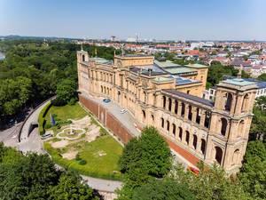 Luftaufnahme das historische Bauwerk und Sitz des Bayrischen Landtags und die Maximiliansanlagen