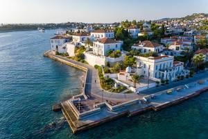 Luftaufnahme der aristokratischen Villen auf der mediterranen Insel Spetses, Griechenland, im Saronischen Golf