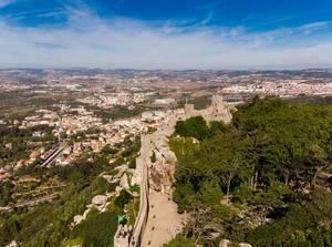 Luftaufnahme der Burg von den Mauren mit Bäumen