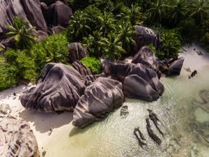 "Luftaufnahme der Granitfelsen am Ufer des ""Anse Source d"