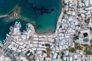Luftaufnahme der Hafenstadt Naoussa, im nördlichen Teil der Insel Paros, mit den Ruinen eines venezianischen Schloss
