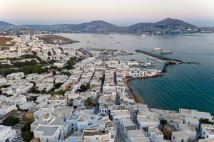 Luftaufnahme des Fischerhafens in Naoussa auf der Insel Paros (Griechenland), mit Blick auf den Monastiristrand und das Mittelmeer