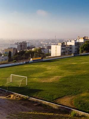 Luftaufnahme des Fussballplatzes mit Toren in Almada Lissabon