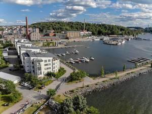 Luftaufnahme des Hafenviertels in Lahti, mit Motorbooten und Jachten auf dem See Vesijärvi, an der Triathlonstrecke des Ironman 70.3 in Finnland