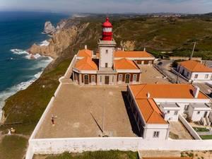 Luftaufnahme eines Leuchtturmes an der Cabo da Roca Küste