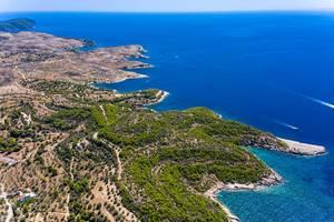 Luftaufnahme mit Blick das weite Meer und den Inselweg Epar.Od. Spetson-Moni Agion Anargiron, im Süden des Urlaubsorts Spetses, Griechenland