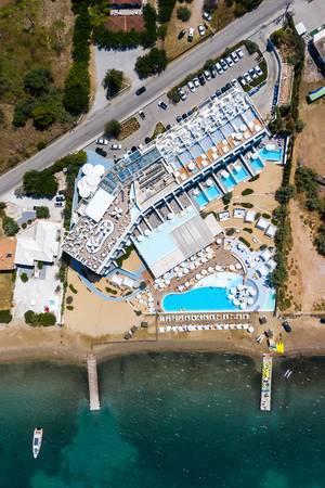 """Luftaufnahme vom Luxushotel """"Nikki Beach Resort & Spa"""" in Porto Heli, mit Dachbar und Swimmingpool, direkt am Strand in Griechenland"""