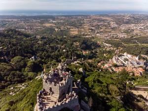 Luftaufnahme von der Burg Castelo Dos Mouros mit Landschaft im Hintergrund