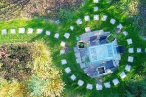 Luftaufnahme von einem Tisch im Garten