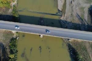 Luftaufnahme von einer Brücke über den Fluss Arges in Rumänien