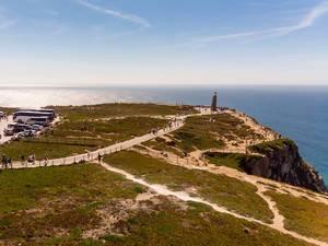 Luftaufnahme von einer Küstenlandschft mit Denkmal in Cabo da Roca