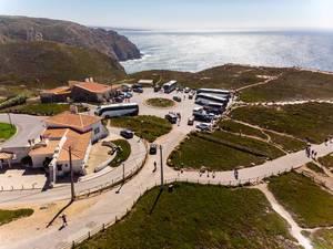 Luftaufnahme von geparkten Reisebussen an der Küste von Cabo da Roca