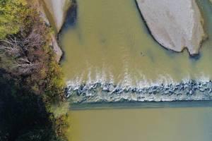 Luftaufnahme von Land und Wasser beim Fluss Arges in Rumänien