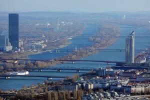 Luftaufnahme von vielen Brücken über den Fluss Donau in Wien