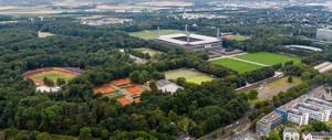 Luftaufnahme zeigt das RheinEnergie Stadion, Stadionbad, Tennisplätze und Sportplätze in Müngersdorf, Köln, mit Club Astoria im Hintergrund