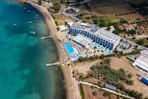 Luftaufnahme zeigt das schicke Strandhotel Nikki Beach Resort & Spa, mit Privatpool und direkter Zugang zum grünen Meer