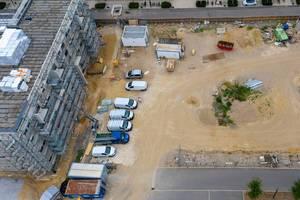 Luftaufnahme zeigt Gerüst an Wohnsiedlung auf der Baustelle an der Linnicherstraße / Hildegard-von-Bingen-Allee in Köln