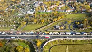 Luftaufnahme zeigt Verkehrsinfarkt / stockender Straßenverkehr in Deutschland