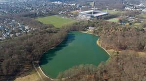 Luftbild: Adenauerweiher mit Rheinenergiestadion im Hintergrund