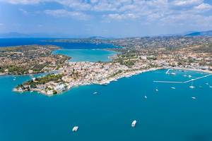 Luftbild auf die große Bucht von Porto Heli, Griechenland