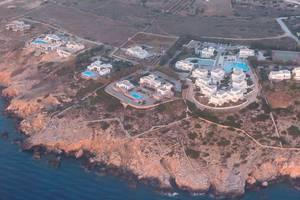 Luftbild aus dem Flugzeug von der griechischen Kykladeninsel Paros im Mittelmeer, mit Hotelanlagen und Außenpools