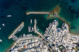 Luftbild der Burgruine und Kirche Agios Nikolaos, im Mittelmeer vor der griechischen Hafenstadt Naoussa auf Paros, in der südlichen Ägäis
