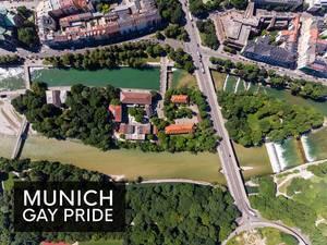 """Luftbild der Praterinsel zwischen der Isar in München und dem Bildtitel """"Munich Gay Pride"""", um die queere CSD-Parade zu feiern"""