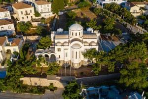 """Luftbild der """"Naós Trión Spetsiotón Neomartýron"""" - Kirche auf der saronischen Insel Spetses, Griechenland"""