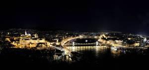 Luftbild der Sehenswürdigkeit Burgpalast im Burgviertel, neben dem beleuchteten Donauufer bei Nacht