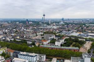 Luftbild der Stadt Köln und den Melatengürtel, mit Colonius Fernsehturm und Kölner Dom im Hintergrund