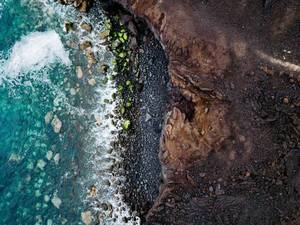 Luftbild der steinigen Küste in Yaiza, Spanien