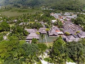 Luftbild der Unterkünfte des Constance Ephelia Resort inmitten Palmenlandschaft auf Mahé, Seychellen