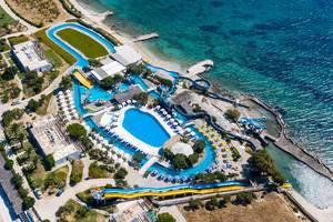 Luftbild des Aqua Paros Wasserparks in Naoussa auf Paros, Griechenland, direkt am Mittelmeer