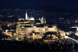 Luftbild des beleuchteten Burgpalasts auf dem Burgberg in Budapest, Ungarn