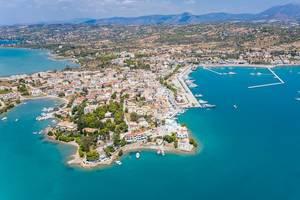 Luftbild des griechischen Ferienorts Porto Heli in Ermionida, Argolis, am Argolischen Golf