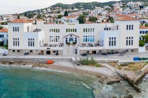 "Luftbild des griechischen Hotels ""Nissia Traditional Residences"" in Kounoupitsa, Spetses, direkt am klaren Meer"