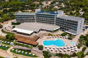 Luftbild des Hinitsa Bay Hotels in der Urlaubsregion in Chinitsa bei Porto Heli, mit Außenveranda, Touristen im Pool und Sonnenliegen