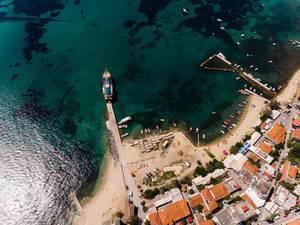 Luftbild des kleinen Hafens in Ouranoupoli, Griechenland