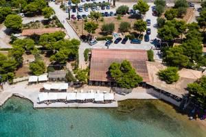 "Luftbild des Restaurants am Meer ""Taverne Hinitsa"" in Pireas - Porto Heli, Chinitsa"