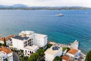 Luftbild des Spetses Hotel mit Solaranlage auf dem Dach, am Kaiki Strand