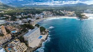 Luftbild des Strands in Peguera, Mallorca