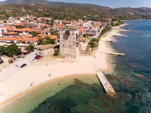 Luftbild des Turms von Prosphorion in Ouranoupoli, Griechenland